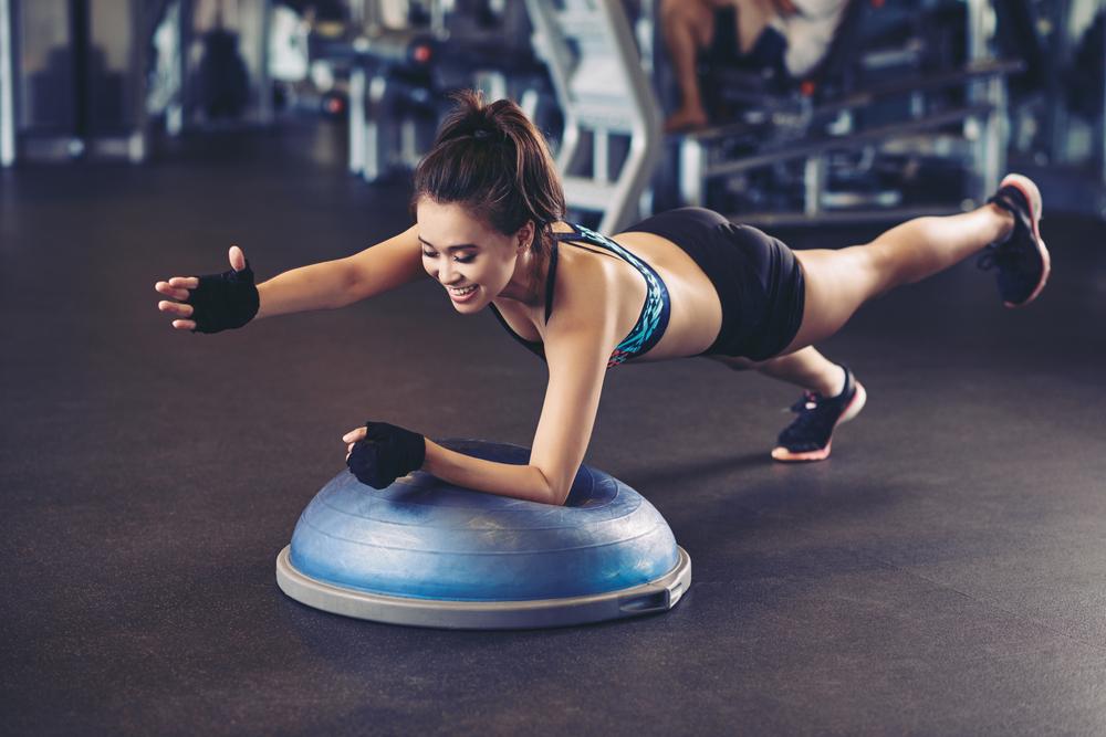 Cvičenie na bosu. Zdroj: Shutterstock