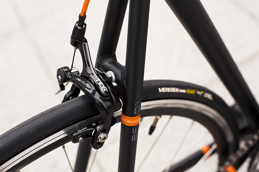 Kvalitné a účinné brzdy sú komplimentom pre rýchle plášte do každého počasia. Foto: Marek Kikkinder