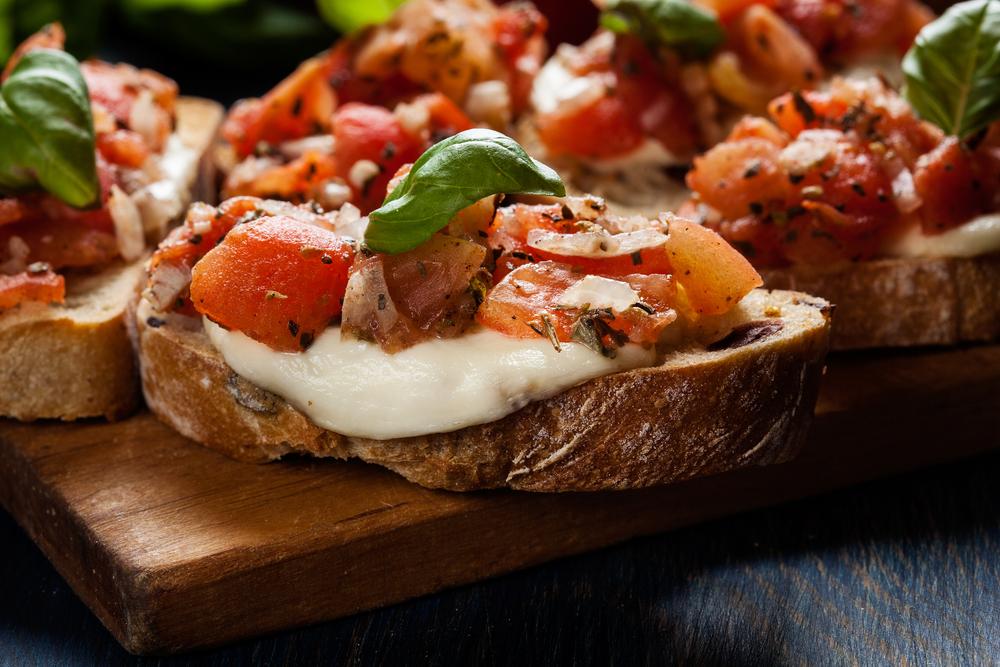 Grilované talianske bruschetty s mozzarellou a paradajkami. Foto: Shutterstock