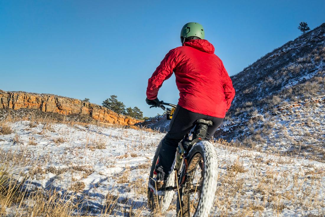 Cyklistka v zime. Foto: Shutterstock