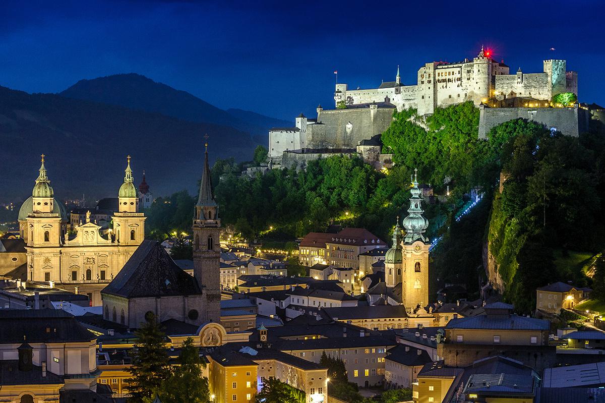 Staré mesto Salzburg a pevnosť Hohensalzburg v noci. Foto: ©Salzburg Tourismus