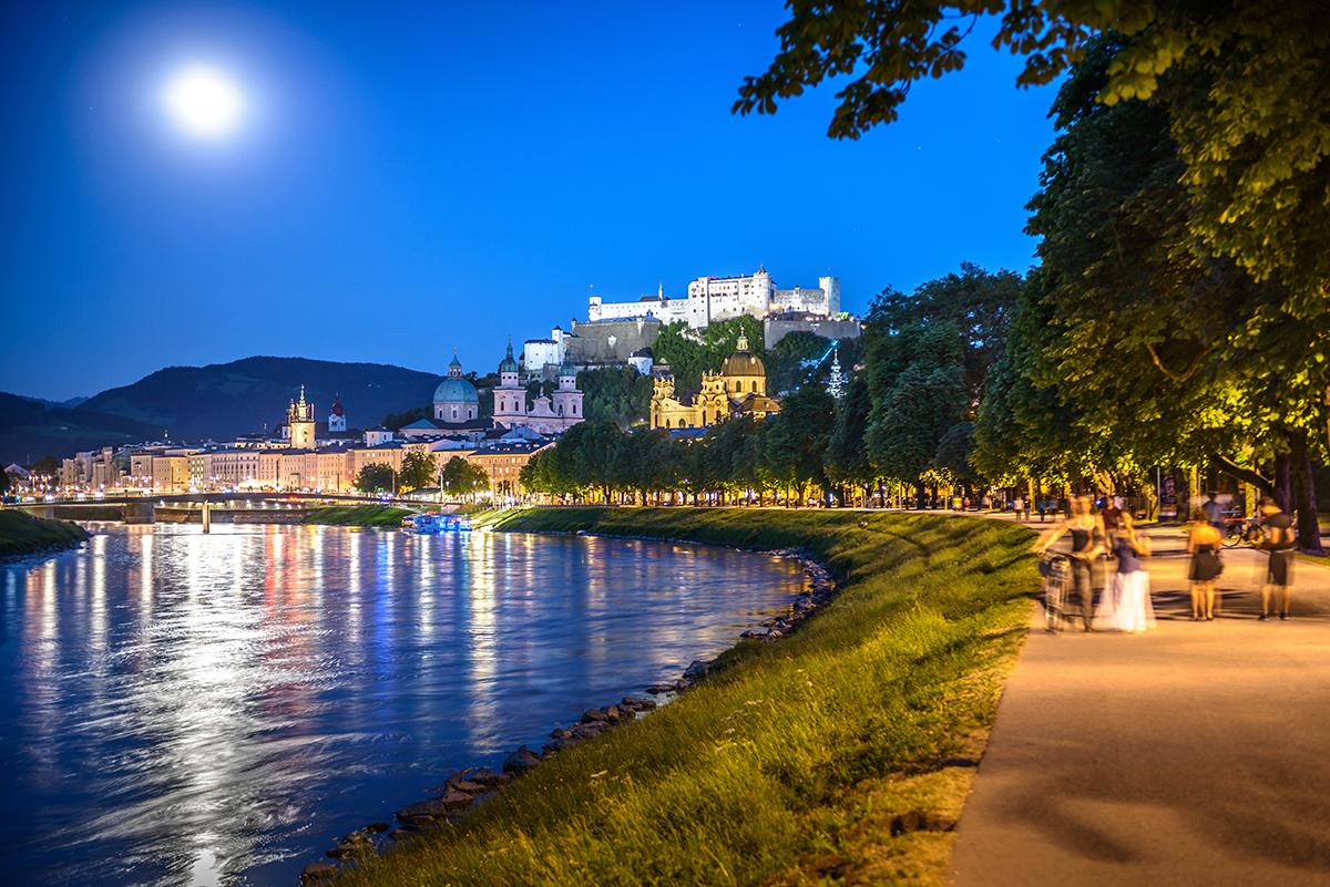 Nábrežie Franz-Josef-Kai pri splne a s výhľadom na pevnosť. Foto: ©Salzburg Tourismus