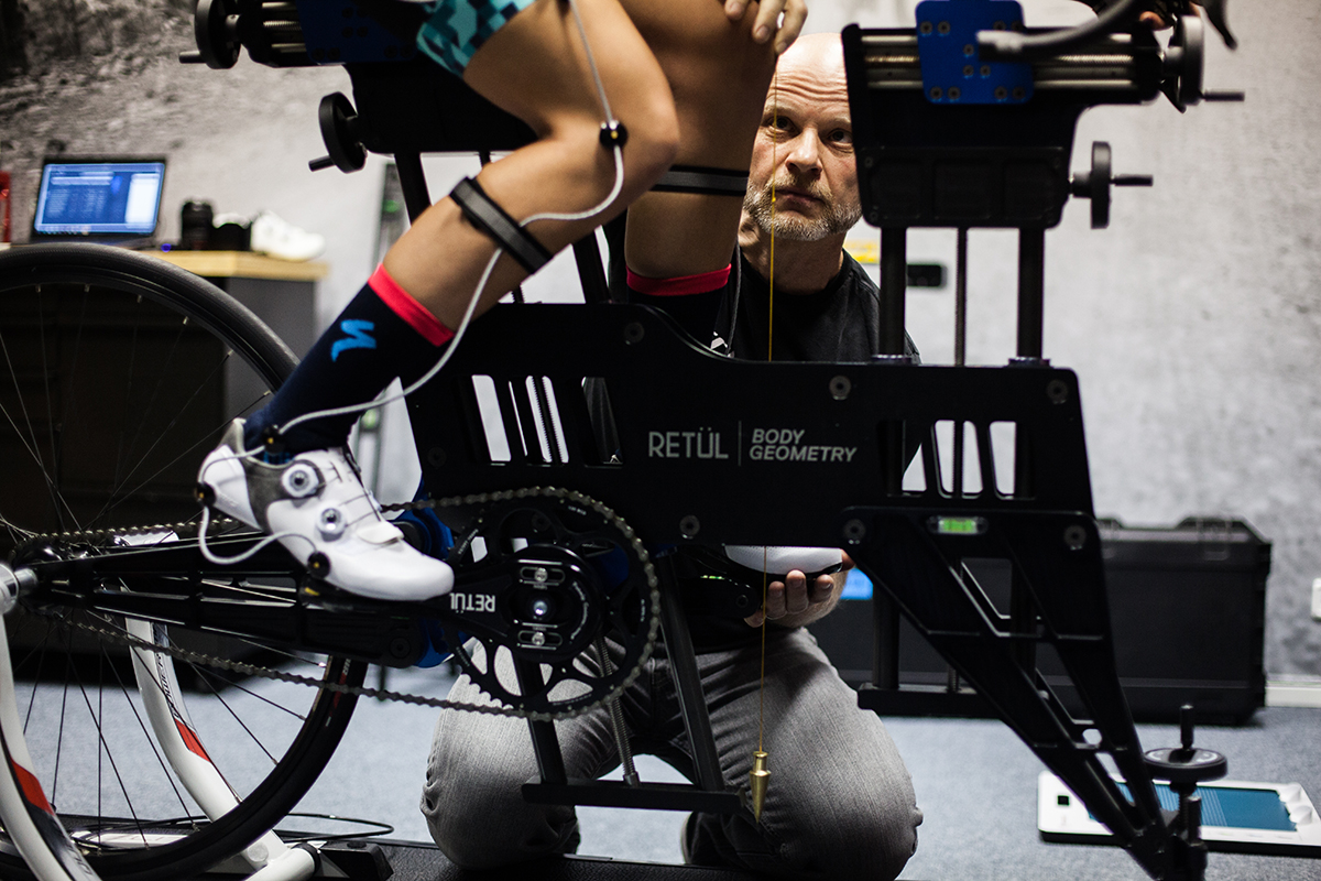 Fyzické vyšetrenie slúži na získanie informácií o stavbe tela jazdca, jeho pohyblivosti a o stave dôležitých svalových skupín. Foto: Specialized