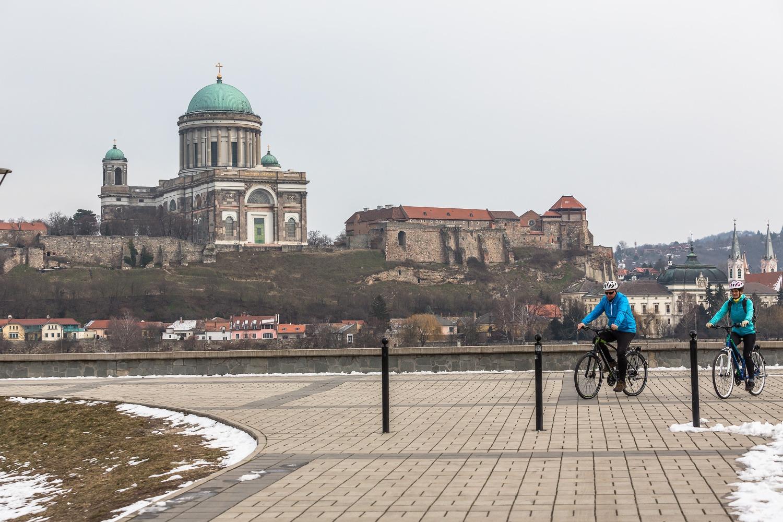 Ostrihomská katedrála zo slovenskej strany. Foto: Miro Pochyba