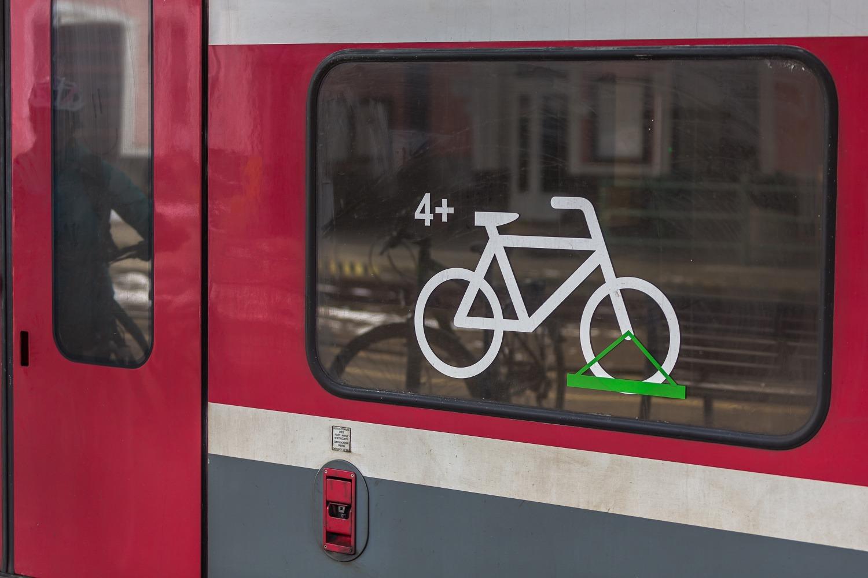 Piktogram, ktorý vám povie, že tento vozeň prepravuje bicykle, ale aj počet bicyklov a spôsob, akým sa prepravujú. Foto: Miro Pochyba