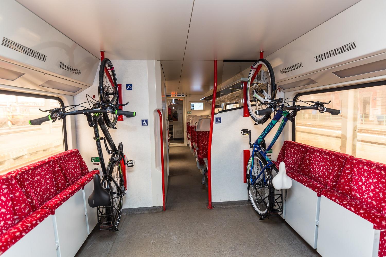 Zjednodušená preprava bicyklov vo vlaku. Foto: Miro Pochyba