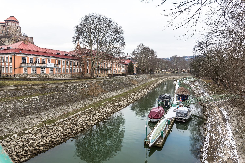 Kanál v Ostrihome. Foto: Miro Pochyba