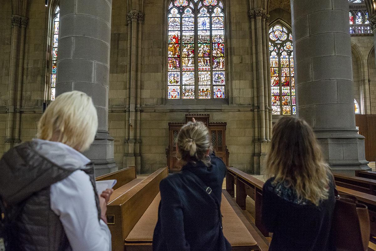 Na oknách Mariendomu sú maľby, ktoré ukrývajú príbeh celého budovania kostola. Foto: Martin Matula