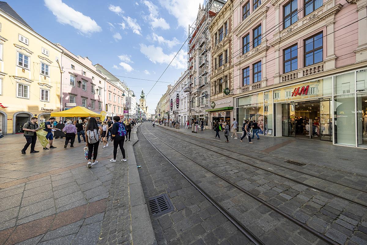 Hlavná ulica Linzu Landstrasse vás zaujme pamiatkami, budovami, ale aj mnohými obchodíkmi. Foto: Martin Matula