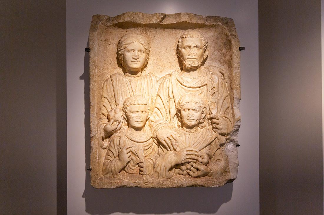 Úplne originálna socha rímskej rodiny. Foto: Miro Pochyba