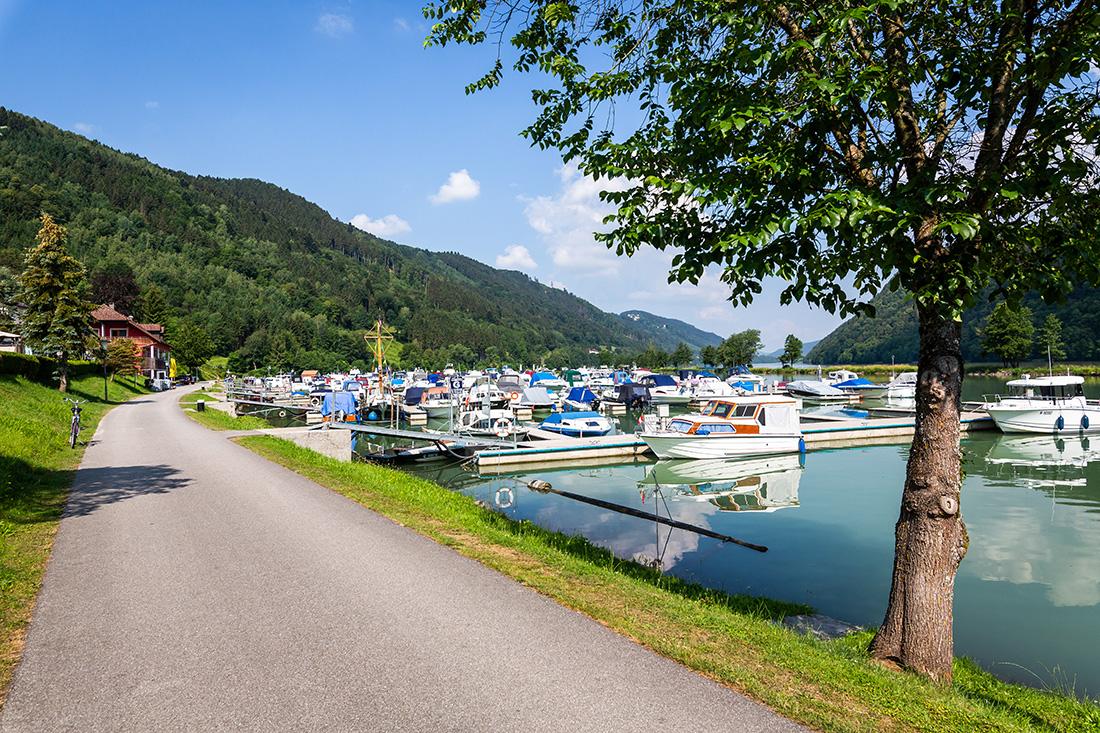 Prístav na Dunaji pri hoteli Donauschlinge. Foto: Miro Pochyba