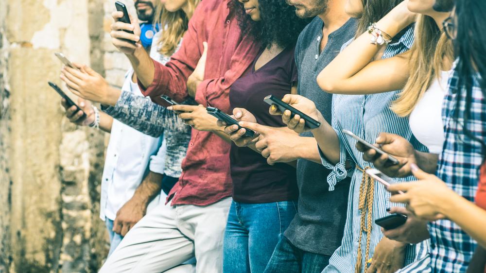Čo je asi najhoršie je, keď hneď ráno kontrolujeme Facebook, Instagram, e-maily , či mobil. Foto: Shutterstock