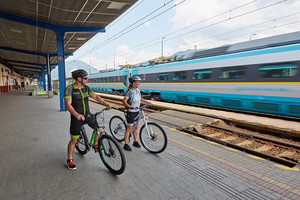 Cestovanie vlakom na naše cyklovýlety sme si veľmi obľúbili. Foto: Peter Drežík