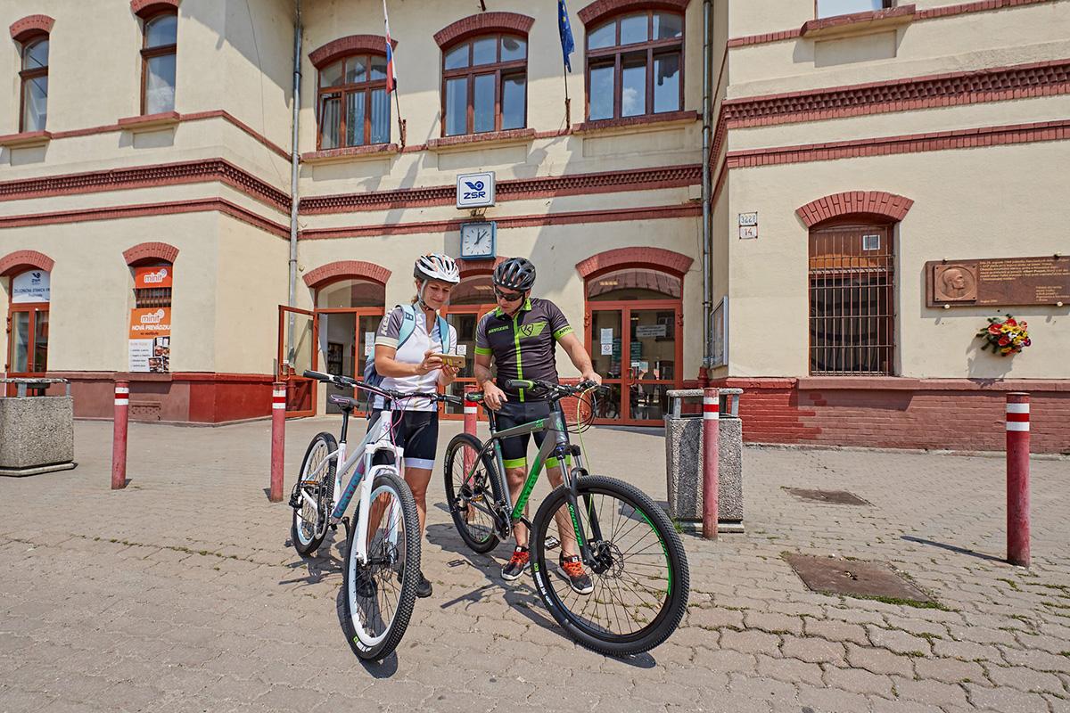 Najlepšie je, že do vlaku sa zmestia bicykle a nemusíte mať napríklad nosiče na auto alebo môže ísť naraz s bicyklami celá partia. Foto: Peter Drežík