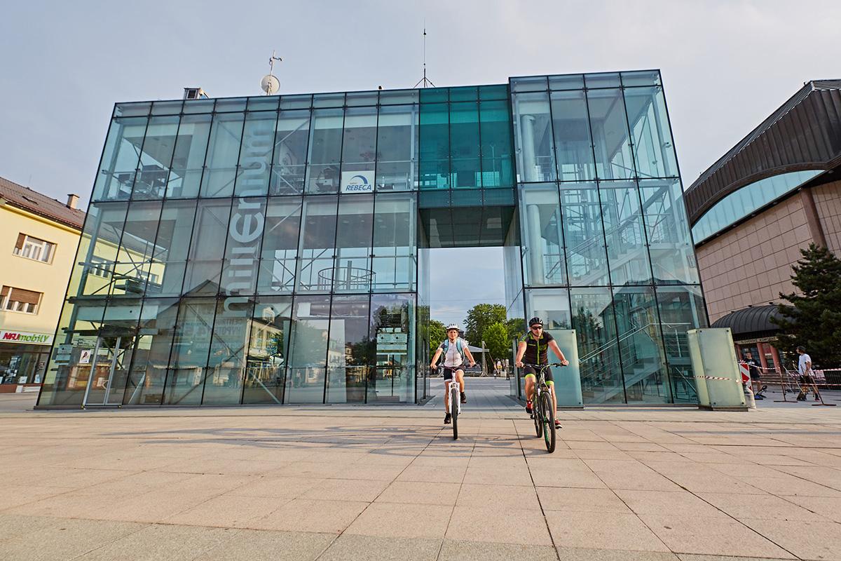 Kde inde ako v Martine samôžu pochváliťtým, že im vedie cyklotrasapriamo cezpešiu zónu? Foto: Peter Drežík