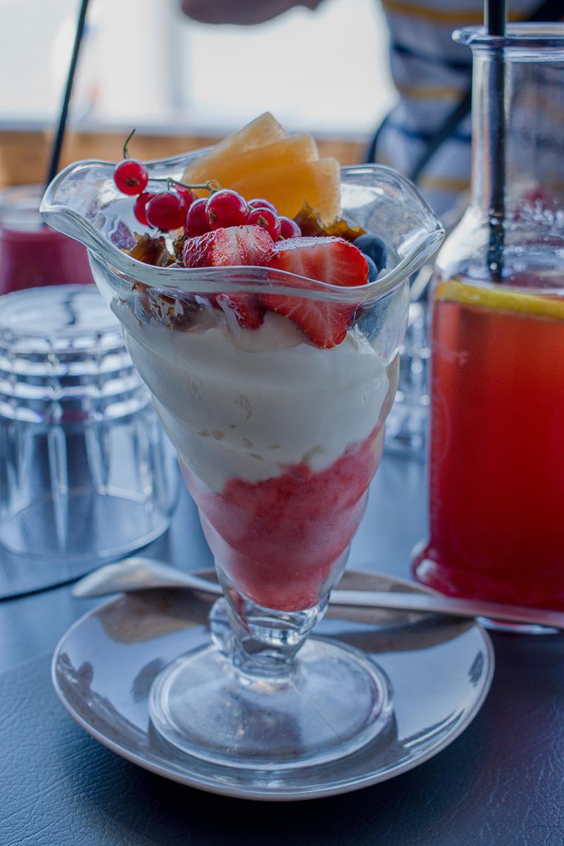 Superfood dezert zo sójového jogurtu a mangového a jahodového sorbetu v reštaurácii das Fritz.