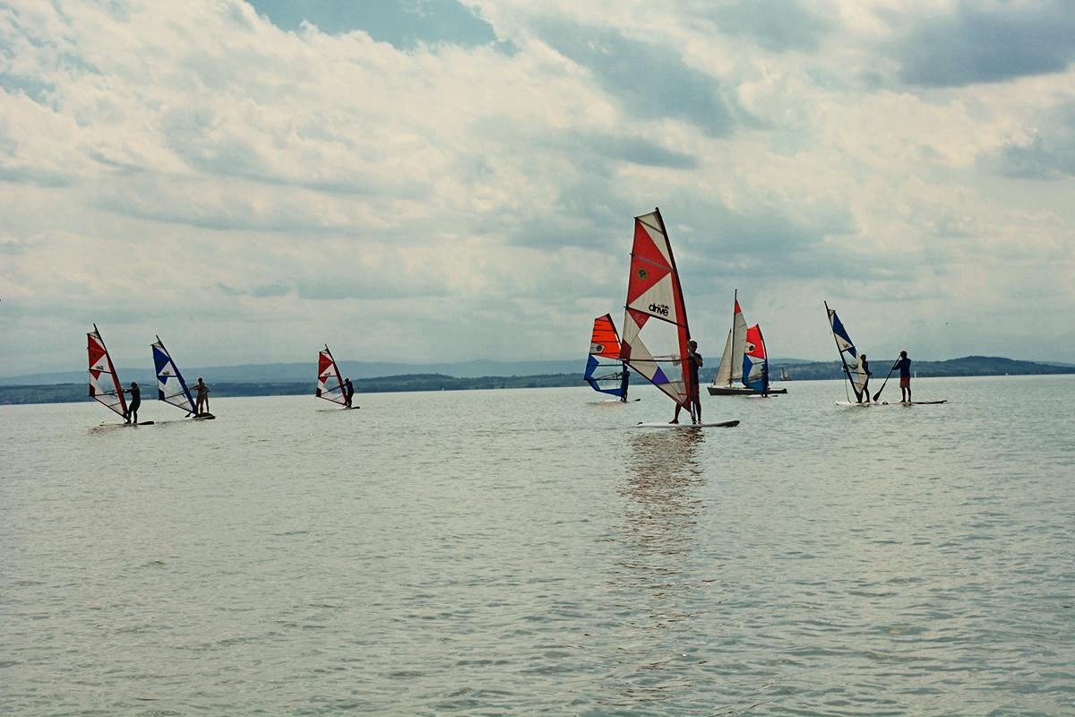 Neziderské jazero je rajom pre windsurferov zo širokého okolia.