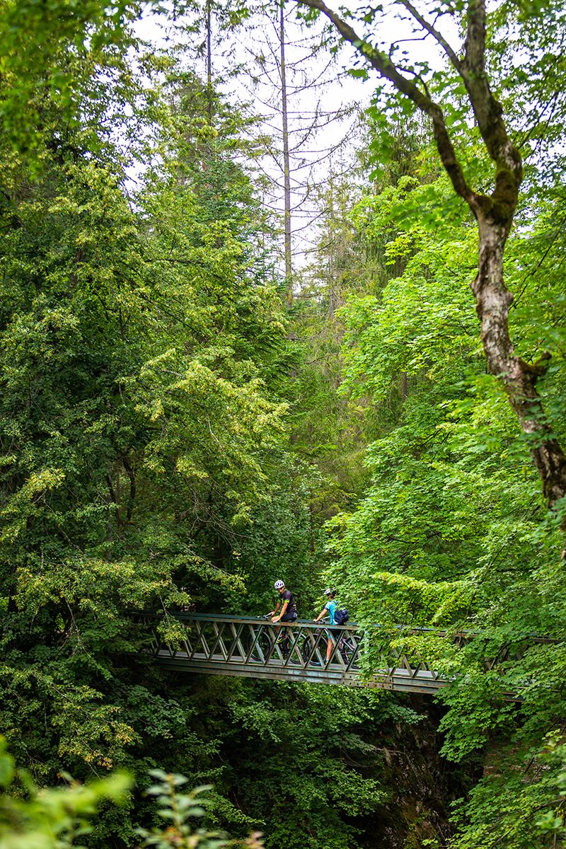 Ak ste na horskom bicykli zručnejší, pobicyklovať sa môžete aj na niektorých miestach prechádzajúcich cez prielom Hornádu. Foto: Miro Pochyba