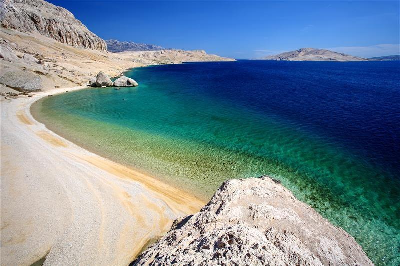 Pláž Beritnica s priezračnou vodou na ostrove Pag. Foto: Archív Chorvátskeho turistického združenia