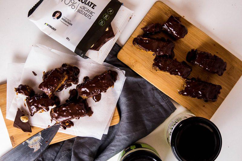 Na polevu si roztopíme Power Chocolate s lyžicou kokosového oleja. Foto: Powerlogy