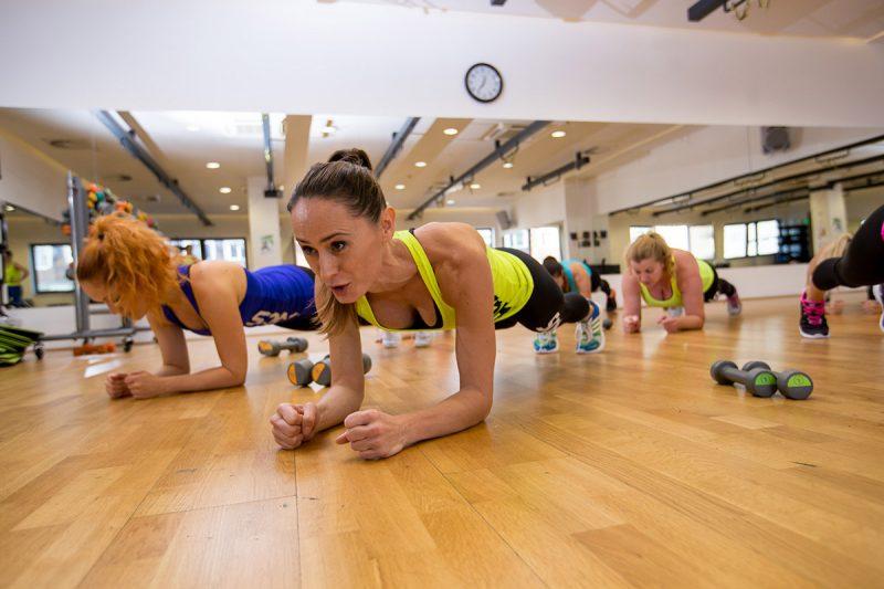 Každá hodina sa dá rozdeliť do troch fáz – zahrievanie, fitnes, strečing alebo relaxácia. Foto: SOM