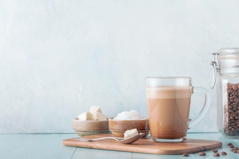 Do kávy si môžete pridávať kokosový olej, ale ešte lepší je MCT olej. Nekombinujte to však s cukrom a mliekom. Foto: Shutterstock