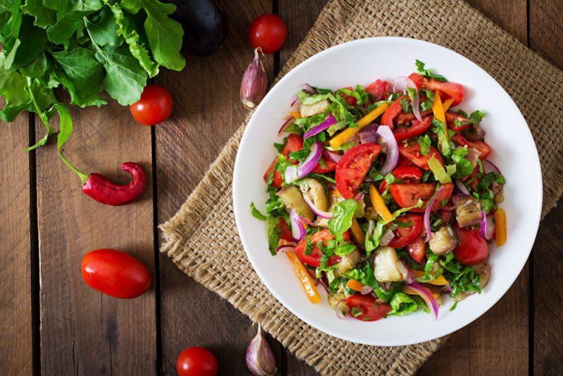 Na večeru si dajte zeleninu alebo bielkoviny. Vyhnite sa sacharidom. Foto: Shutterstock