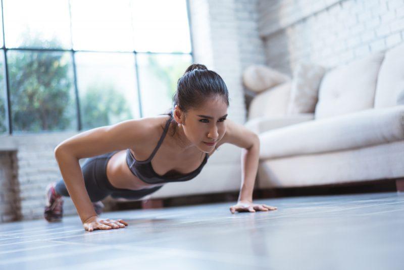 Cvičte cviky, ktoré zapájajú viac svalových skupín naraz. Foto: Shutterstock