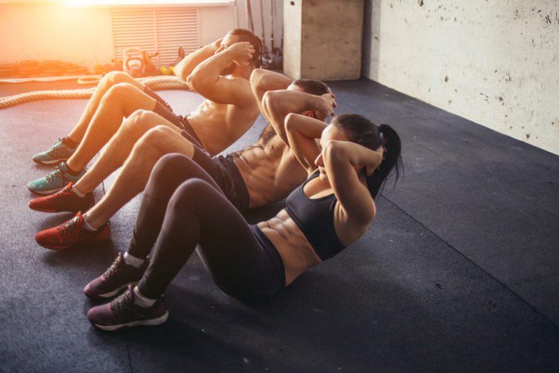 Keď ohýbate chrbátpočas ľah-sedov, riskujete jeho poranenie. Foto: Shutterstock
