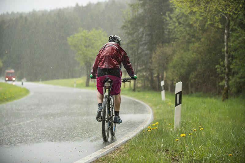 Cyklistika, predovšetkým v meste, je počas upršaných dní výzvou a vyžaduje si ostražitosť cyklistiku. Foto: Shutterstock
