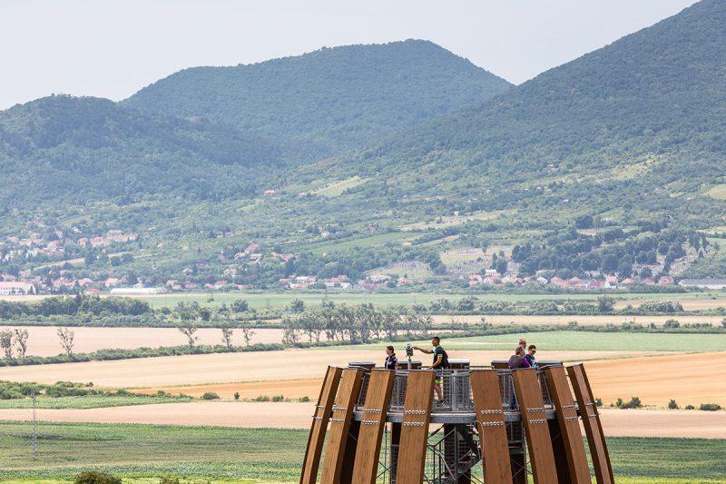 Z dvanásťmetrovej vysokej vežeje nádherný výhľad na tokajské vinice a okolie. Foto: Miro Pochyba