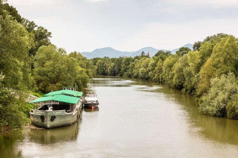 Pekným výletom je plavba po rieke Bodrogdo maďarskej tokajskej oblasti.Foto: Miro Pochyba