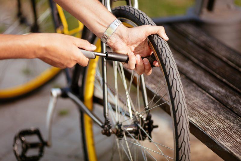 Na cyklovýjazdy si so sebou berte minipumpu. Foto: Shutetrstock