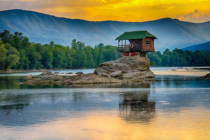 Domček na rieke Drina v Srbsku. Foto: Shutterstock