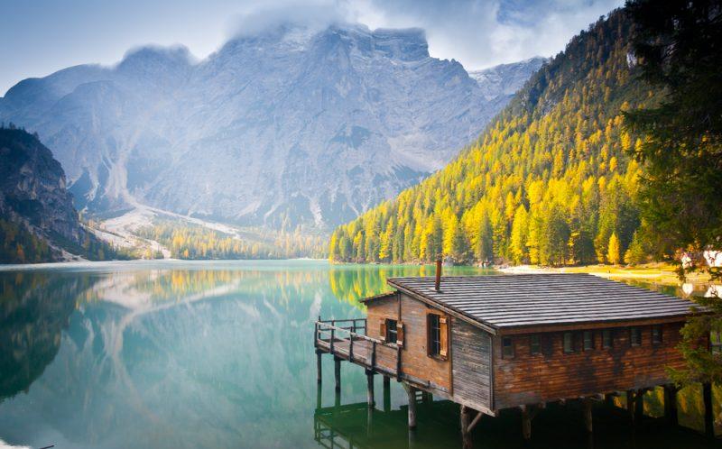 Chata na jazere v talianskych Dolomitoch. Foto: Shutterstock