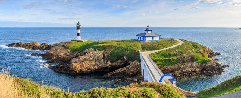 Maják na malom ostrovčeku v Atlantickom oceáne, Galícia, Španielsko. Foto: Shutterstock