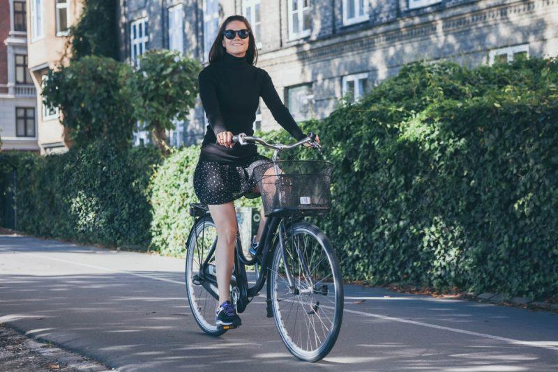Pri jazde po meste môžete pokojne nosiť aj sukne. Foto: Shutterstock