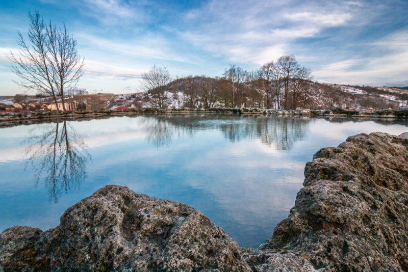 Zvláštnosťou vo Vyšných Ružbachoch je jazierko Kráter stermálnou vodou, ohraničené travertínovým valom. Foto: Shutterstock