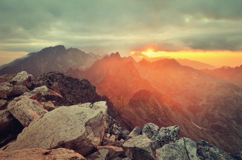Takýto výhľad zo Slavkovského štítu vo Vysokých Tatrách sa vám naskytne, keď vybehnete Tatranskú šelmu Vertical, extrémny pretek do vrchu v horskom prostredí.
