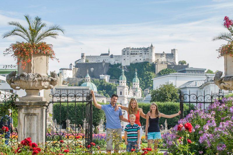 Zo zámku Mirabell a okolitých záhrad sa vám naskytne výhľad na pevnosť Hohensalzburg. Tourismus Salzburg