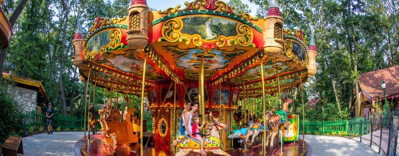 Nostalgický rozprávkový kolotoč by nemal chýbať vžiadnom dobrom zábavnom parku. Foto: Familypark