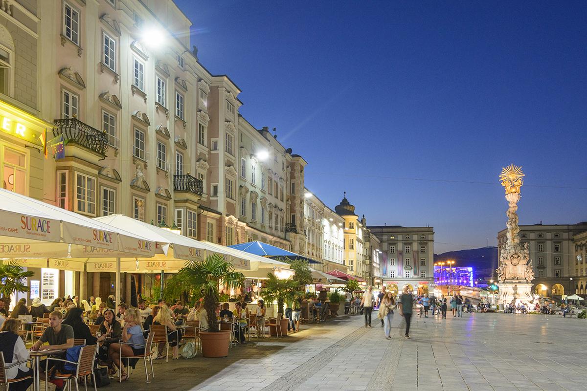 Hlavné námestie v Linci, stĺp svätej trojice, reštaurácie, Ars Electronica Center