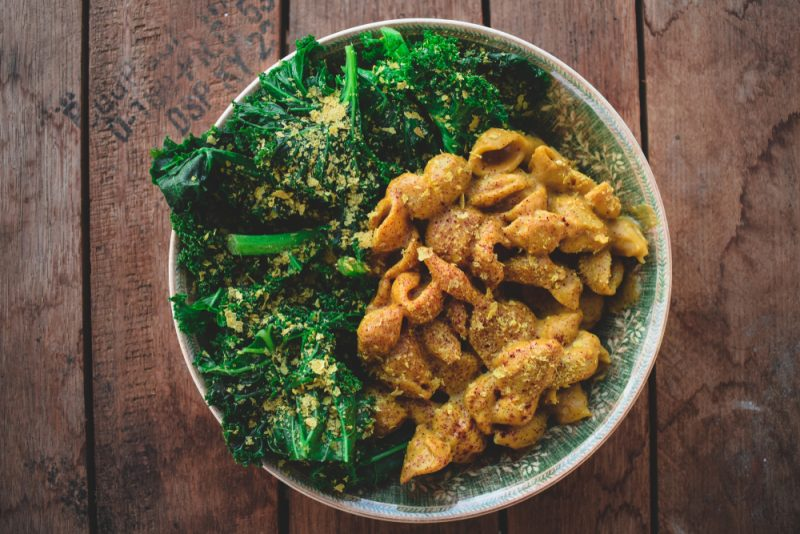 Namiesto syra alebo parmezánu posypte jedlo lahôdkovým droždím. Foto: Shutterstock