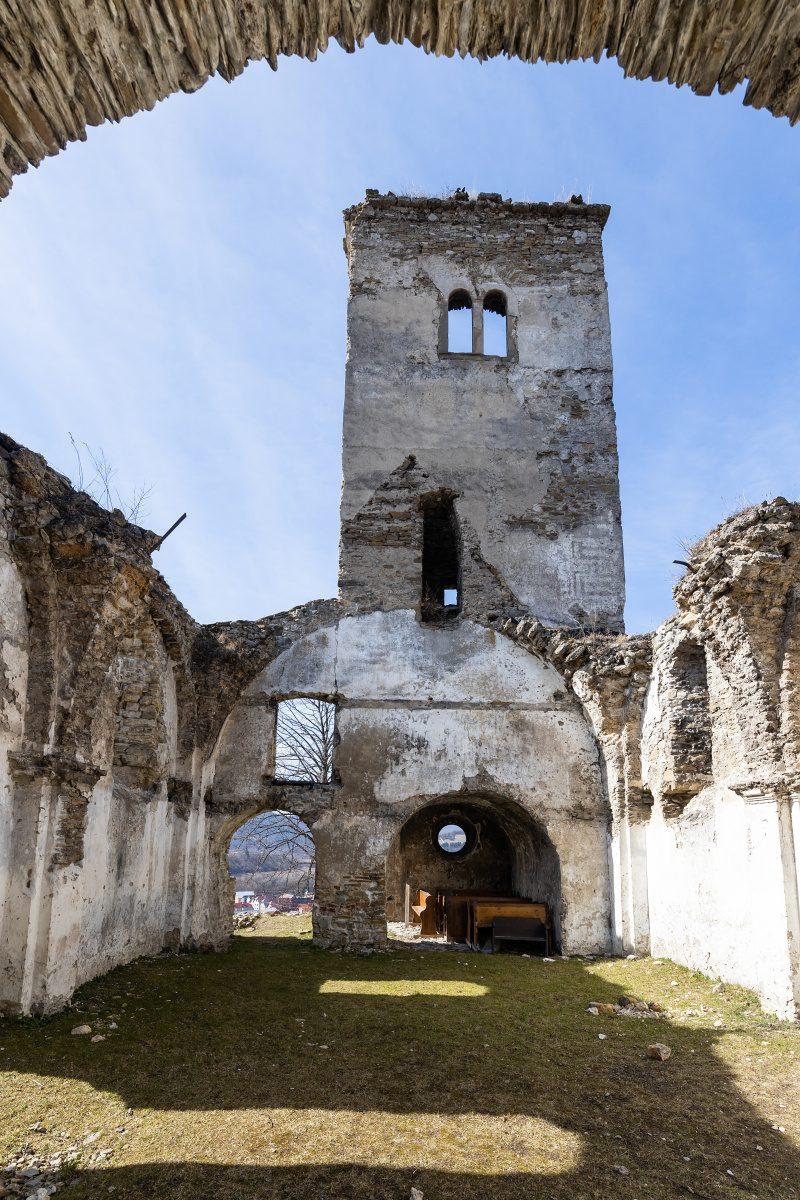 Ruiny starého kostola v Sedliackej Dubovej. Foto: Miro Pochyba