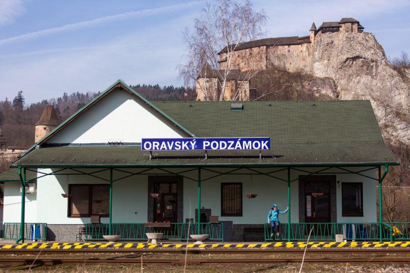 Na vlakovej stanici v Oravskom Podzámku. Foto: Miro Pochyba