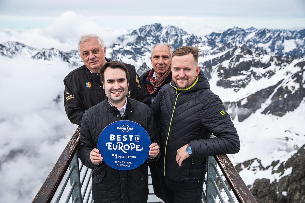 Preberanie ocenenia od Lonely Planet na Lomnickom štíte. Foto: Filip Nagy