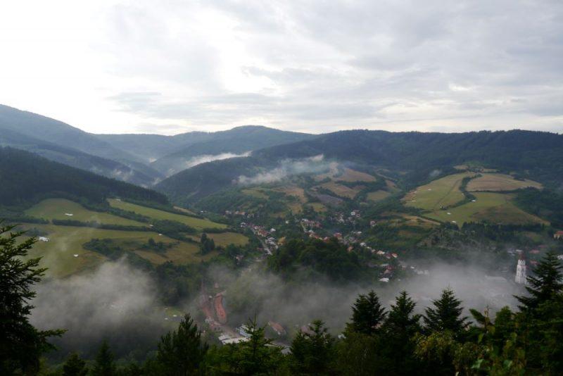 Prechádza sa Prechádza sa aj cez Nízke Tatry.aj cez Nízke Tatry.