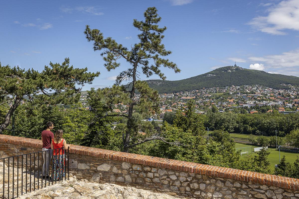 Výhľad na Zobor z Nitrianskeho hradu. Foto: Miro Pochyba