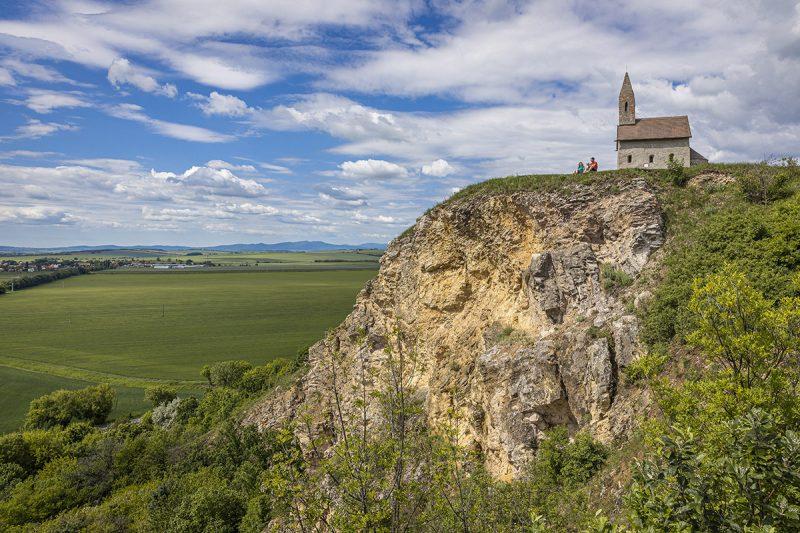 Zo Zobora môžete lesom a Zoborskou lesostepou prejsť až na Dražovský kostolík. Foto: Miro Pochyba