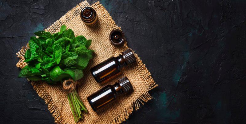 Utišujúca vôňa a chladivý pocit esenciálneho mätového olejčeka vám pomôžu uvoľniťbolesť. Foto: Shutterstock